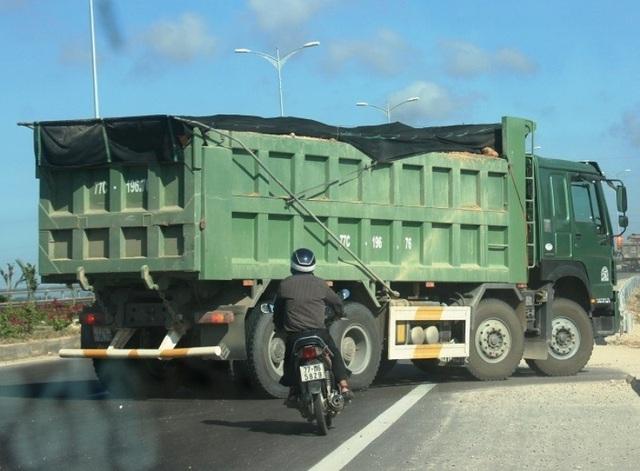 """Đoàn xe """"siêu tải"""" cày xéo quốc lộ nghìn tỷ vừa xây xong ở Bình Định - 6"""