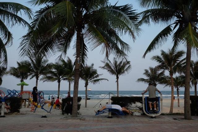 Đà Nẵng: Người dân náo nức tắm biển, dạo phố sau cách ly xã hội - 4