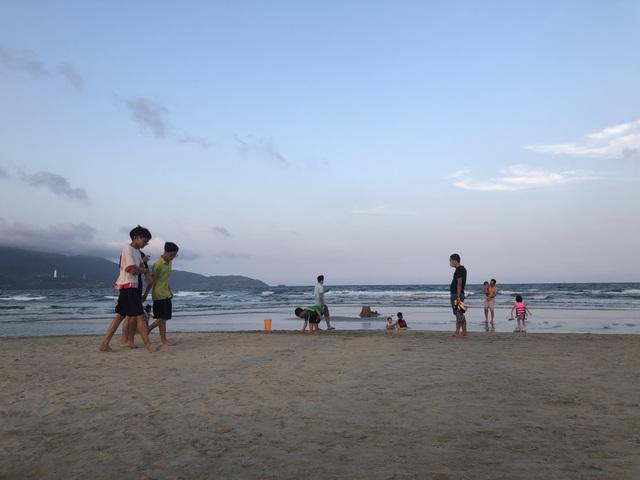 Đà Nẵng: Người dân náo nức tắm biển, dạo phố sau cách ly xã hội - 2