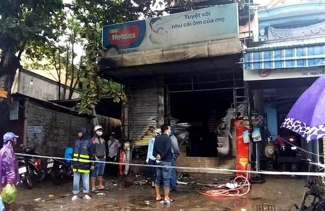 Cháy lớn trong đêm mưa, 5 người may mắn thoát chết - 2