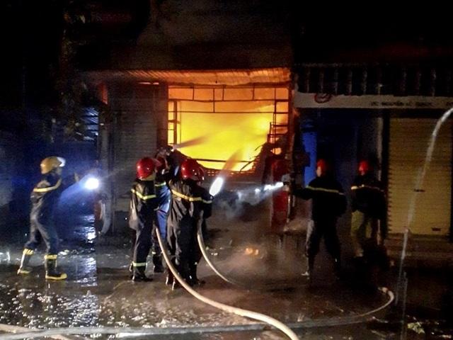 Cháy lớn trong đêm mưa, 5 người may mắn thoát chết - 1