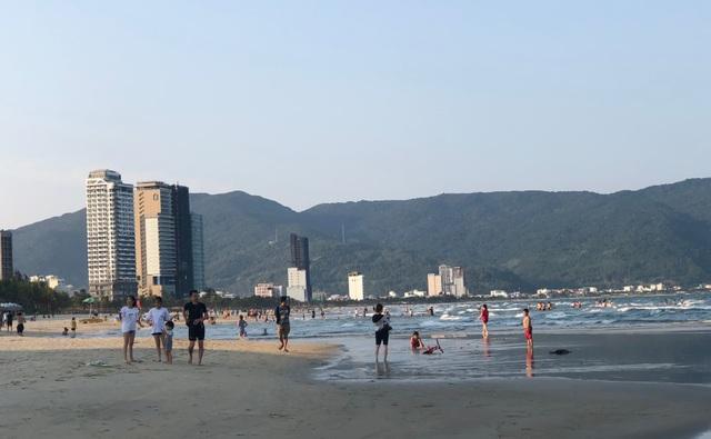 Đà Nẵng: Người dân náo nức tắm biển, dạo phố sau cách ly xã hội - 3