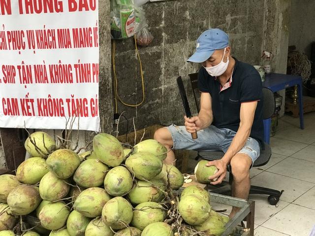 Nắng nóng 40 độ, chị gái chặt dừa mỏi tay, bán 500 quả mỗi ngày - 2
