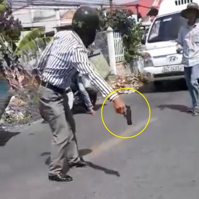 Người đàn ông rút súng vung vẩy sau va chạm giao thông - 1