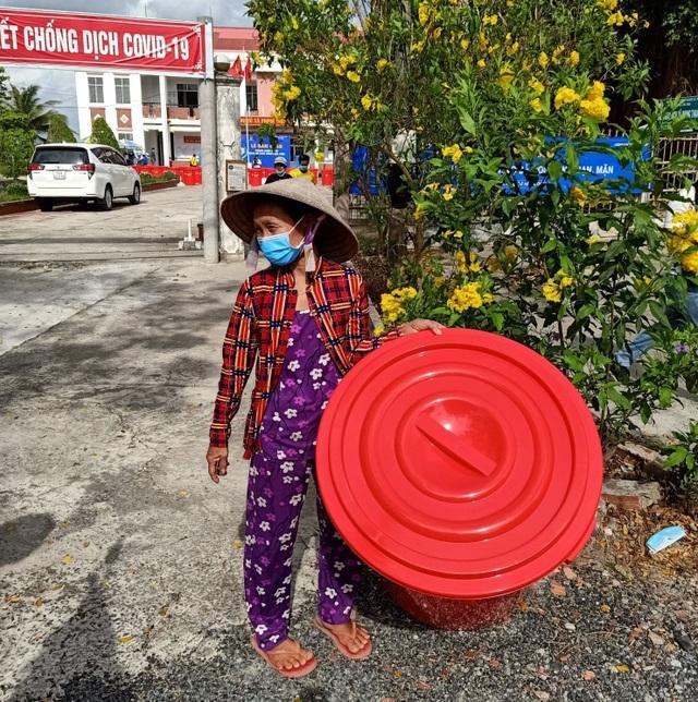 """""""Khô hạn thế này có được thùng bự chứa nước bà con vui lắm"""" - 5"""