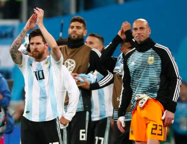 Những đồng đội tệ nhất, từng khiến Messi mất hàng loạt danh hiệu - 2