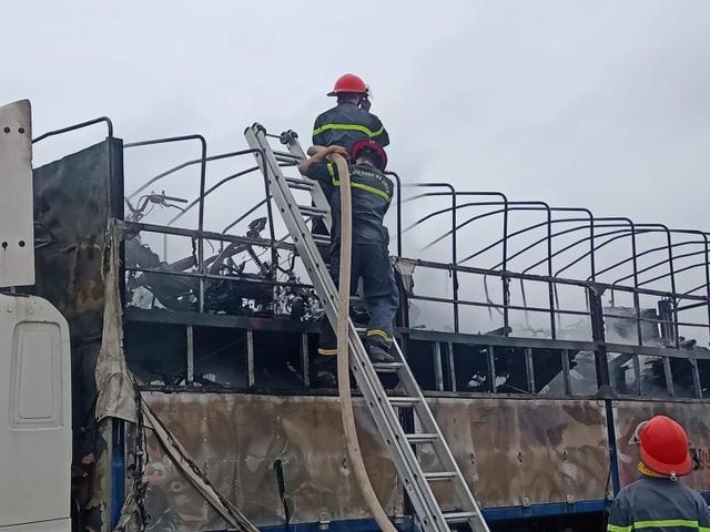 Ô tô bốc cháy ngùn ngụt, hàng chục chiếc xe máy mới bị thiêu rụi - 3