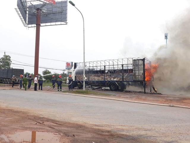 Ô tô bốc cháy ngùn ngụt, hàng chục chiếc xe máy mới bị thiêu rụi - 2