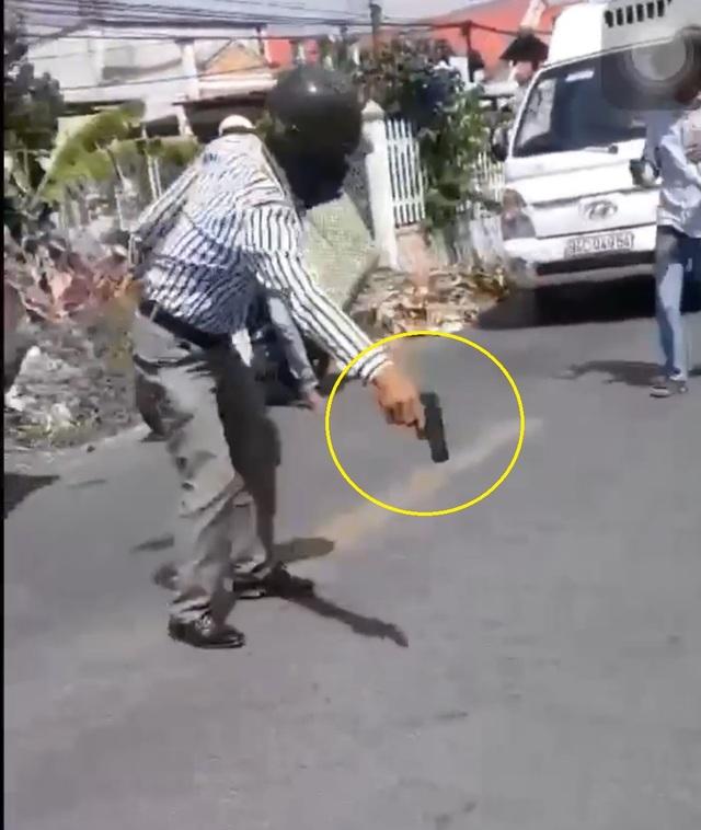 Vụ rút súng sau va chạm giao thông: Súng giả bằng nhựa - 1