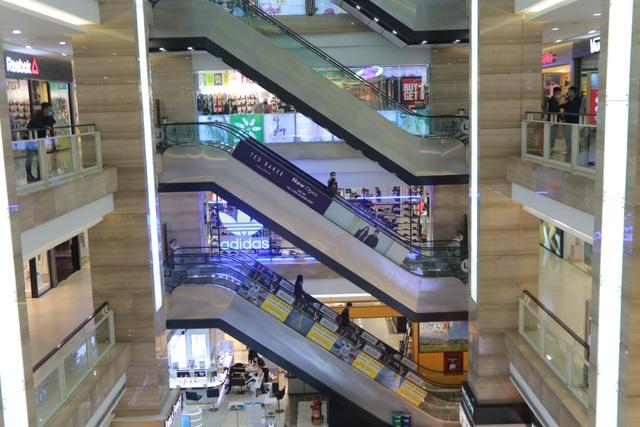 Hà Nội: Trung tâm thương mại vắng khách như đang.... cách ly xã hội! - 13