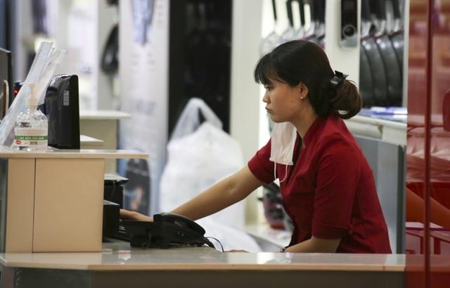 Hà Nội: Trung tâm thương mại vắng khách như đang.... cách ly xã hội! - 8