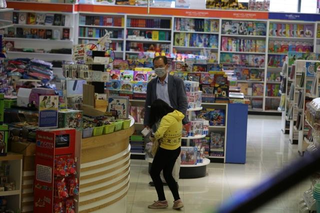 Hà Nội: Trung tâm thương mại vắng khách như đang.... cách ly xã hội! - 6