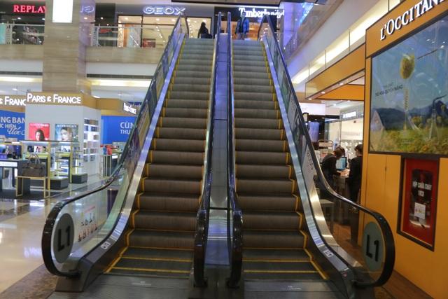 Hà Nội: Trung tâm thương mại vắng khách như đang.... cách ly xã hội! - 12
