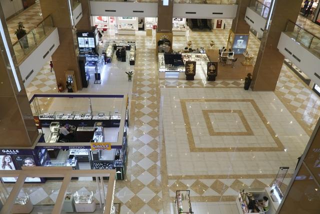 Hà Nội: Trung tâm thương mại vắng khách như đang.... cách ly xã hội! - 2