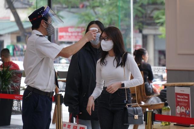 Hà Nội: Trung tâm thương mại vắng khách như đang.... cách ly xã hội! - 9
