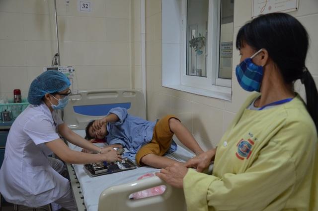 Đau nhói lòng cảnh góa phụ nghèo cầu xin cứu con trai 12 tuổi - 2