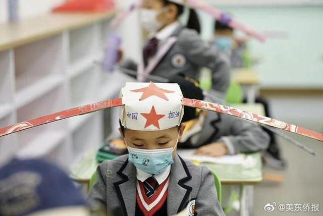 Trung Quốc: Mũ 1 mét giúp học sinh giữ khoảng cách an toàn với bạn - 1