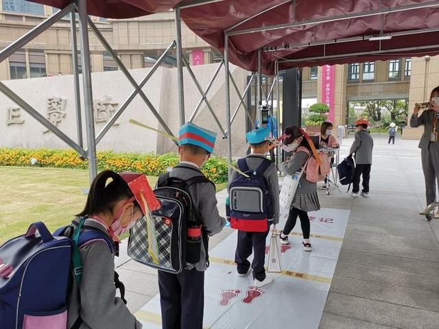 Trung Quốc: Mũ 1 mét giúp học sinh giữ khoảng cách an toàn với bạn - 2