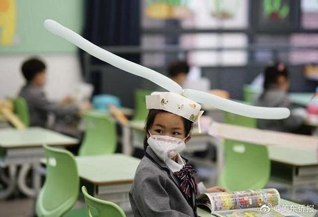 Trung Quốc: Mũ 1 mét giúp học sinh giữ khoảng cách an toàn với bạn - 3