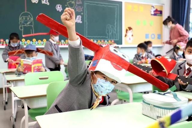 Trung Quốc: Mũ 1 mét giúp học sinh giữ khoảng cách an toàn với bạn - 4