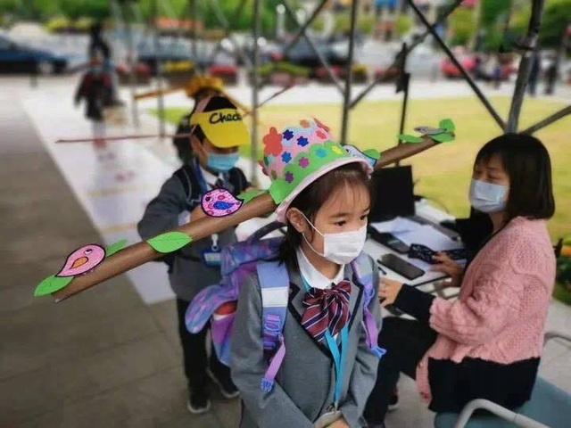 Trung Quốc: Mũ 1 mét giúp học sinh giữ khoảng cách an toàn với bạn - 6