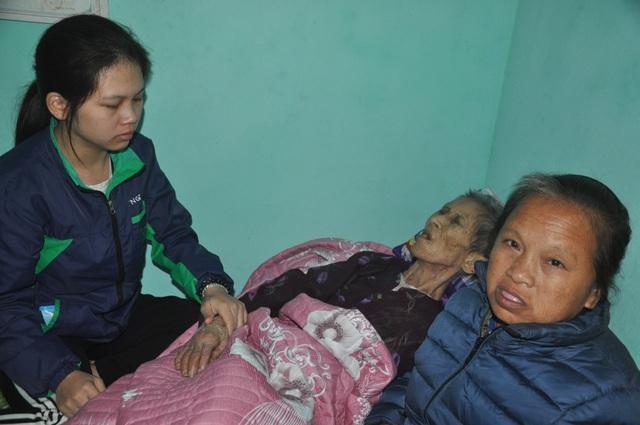 Nước mắt cô gái mồ côi cha chăm người mẹ khờ và bà ngoại thoi thóp - 1