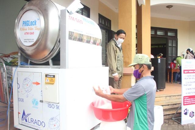 """""""ATM gạo"""" chia sẻ khó khăn với người dân, lao động nghèo Quảng Trị - 7"""