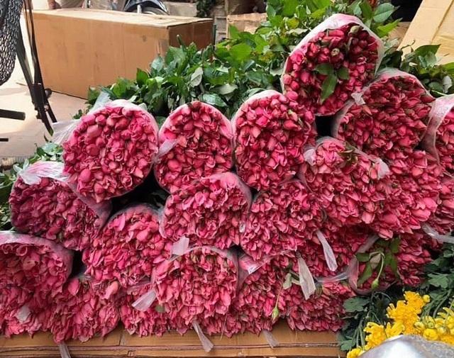Hoa tươi tăng giá gấp 4 lần, buổi sáng bán gần 2.000 bông - 1