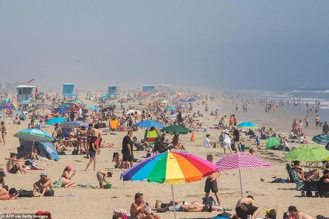 Người Mỹ đổ xô tới bãi biển, lệnh giãn cách xã hội nguy cơ thất bại  - 1