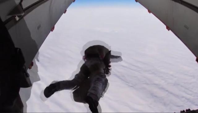 Màn nhảy dù lịch sử từ độ cao 10.000 mét của lính Nga ở Bắc Cực - 1