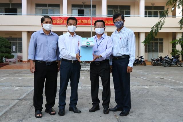 Thầy giáo trường Cao đẳng Nghề làm máy sát khuẩn tự động tặng trường học