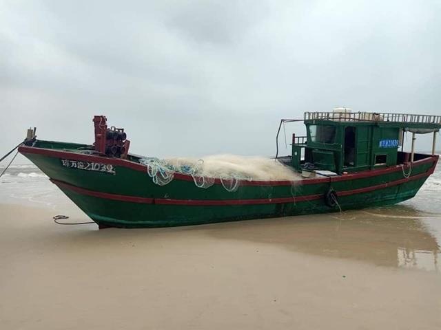 Tàu cá không người trôi dạt vào bờ biển Quảng Bình - 1