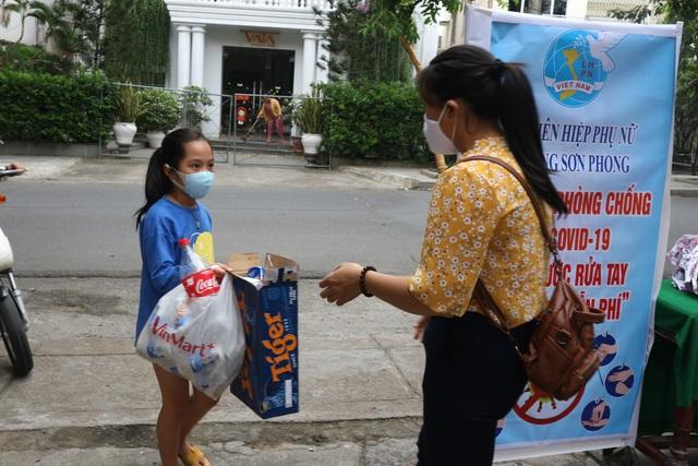 Phu nu Hoi An doi rac thai nhua lay nuosc sat khuan