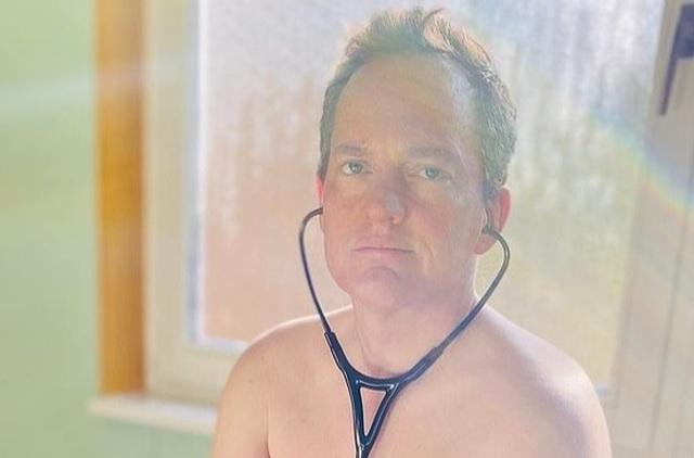 Các bác sĩ Đức chụp ảnh khỏa thân phản đối tình trạng thiếu đồ bảo hộ - 4