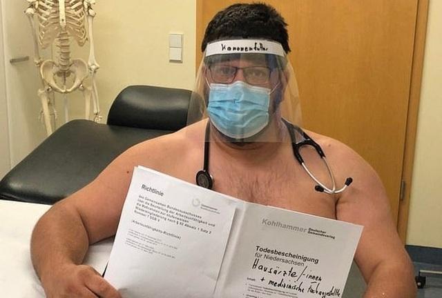 Các bác sĩ Đức chụp ảnh khỏa thân phản đối tình trạng thiếu đồ bảo hộ - 2