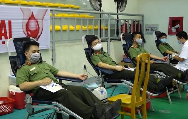 Hơn 500 chiến sỹ công an Quảng Bình tham gia hiến máu cứu người - 1