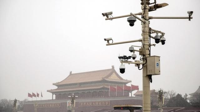 Tranh cãi Trung Quốc lắp camera giám sát trong nhà dân để theo dõi cách ly - 1