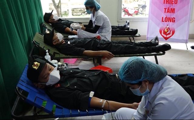 Hơn 500 chiến sỹ công an Quảng Bình tham gia hiến máu cứu người - 2