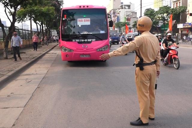 Hà Nội: Nhiều xe khách không thực hiện giãn cách bị CSGT xử lý - 1