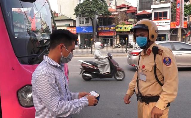 Hà Nội: Nhiều xe khách không thực hiện giãn cách bị CSGT xử lý - 2