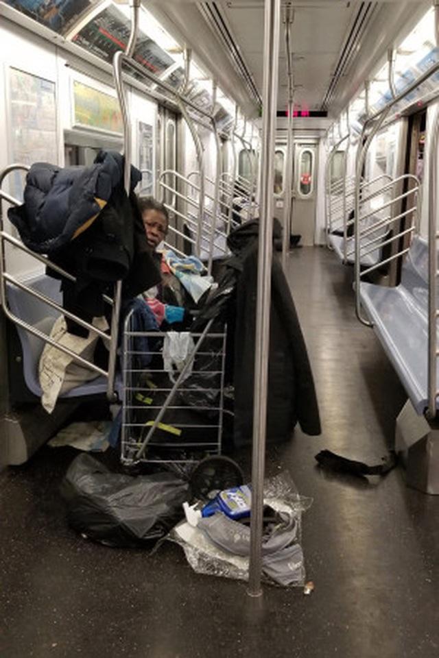 Thống đốc New York sốc khi người vô gia cư tá túc trên tàu điện ngầm - 1