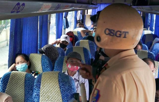 Hà Nội: Nhiều xe khách không thực hiện giãn cách bị CSGT xử lý - 3