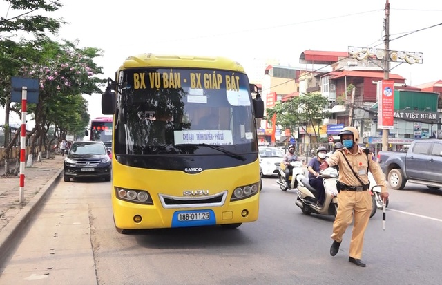 Hà Nội: Nhiều xe khách không thực hiện giãn cách bị CSGT xử lý - 4