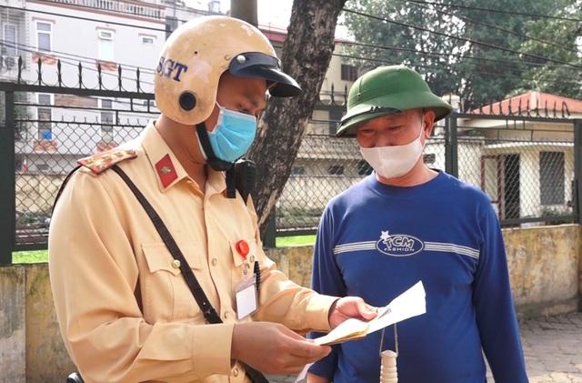Hà Nội: Nhiều xe khách không thực hiện giãn cách bị CSGT xử lý - 8