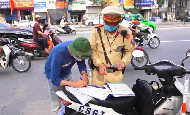 Hà Nội: Nhiều xe khách không thực hiện giãn cách bị CSGT xử lý - 7