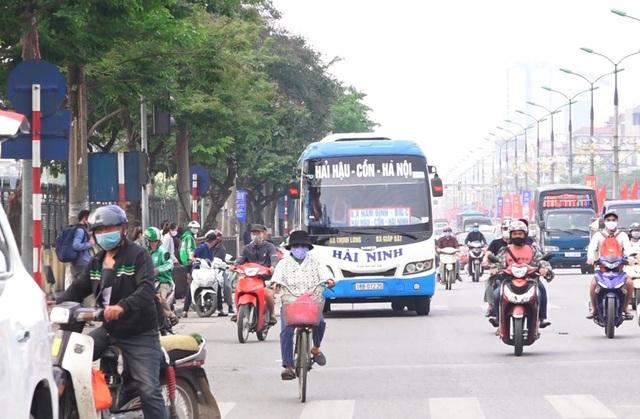 Hà Nội: Nhiều xe khách không thực hiện giãn cách bị CSGT xử lý - 9