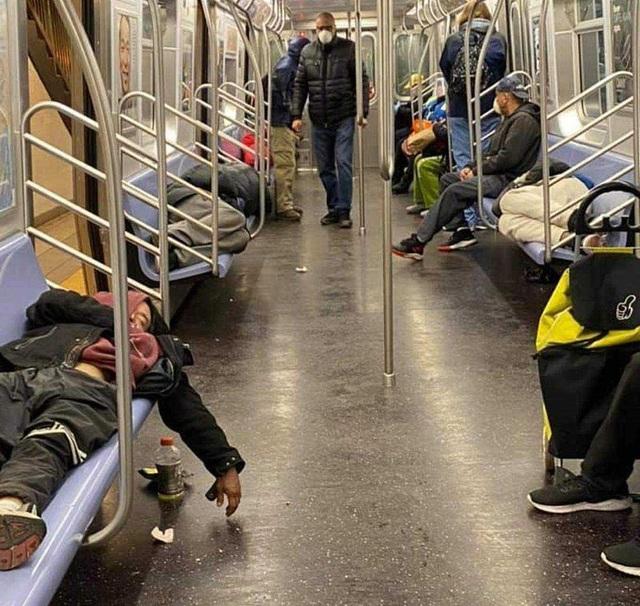 Thống đốc New York sốc khi người vô gia cư tá túc trên tàu điện ngầm - 3