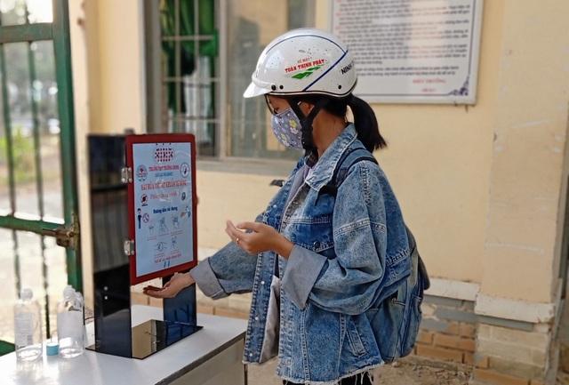 Thầy trò trường THPT sáng chế máy rửa tay sát khuẩn tự động có loa nhắc nhở - 2