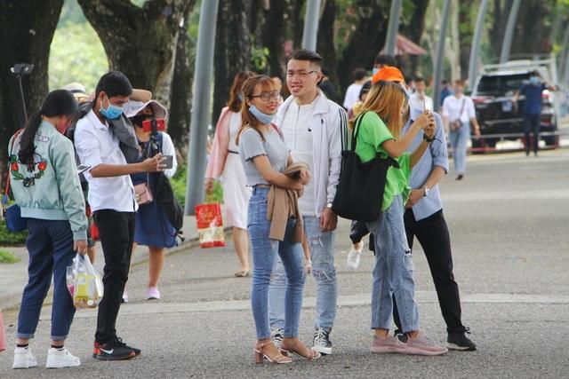 Rất nhiều người dân, du khách tham quan di tích Huế ngày 30/4 - 17