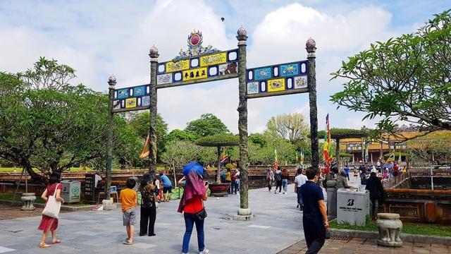 Rất nhiều người dân, du khách tham quan di tích Huế ngày 30/4 - 6